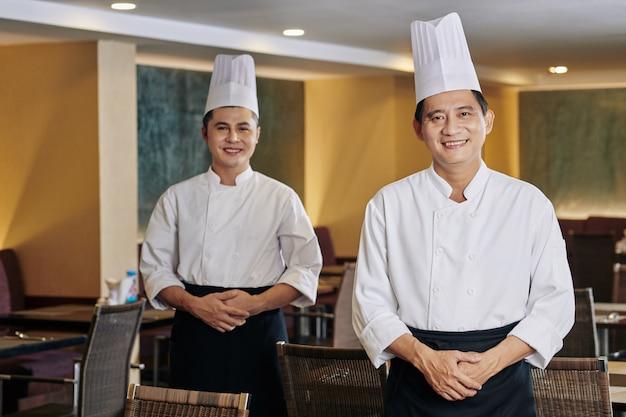 Szef kuchni i kucharz w restauracji