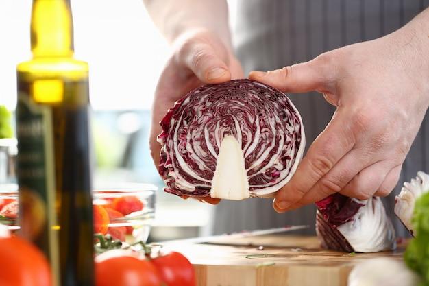 Szef kuchni mężczyzna sieka fioletowy organicznej kapusty zdjęcie