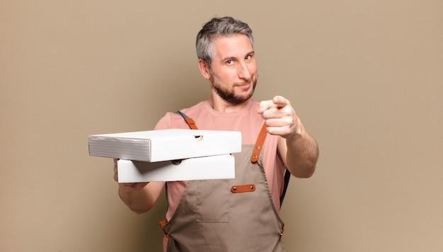 Szef kuchni mężczyzna w średnim wieku. zabrać koncepcję pizzy