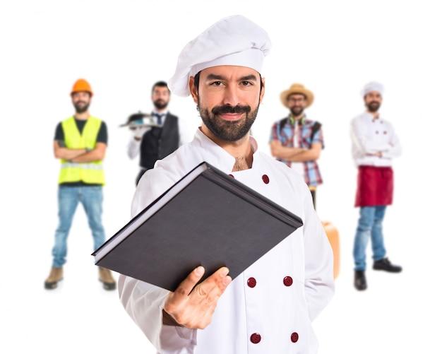 Szef kuchni podając książkę