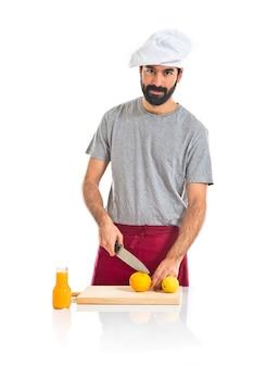 Szef kuchni podejmowania soku pomarańczowego