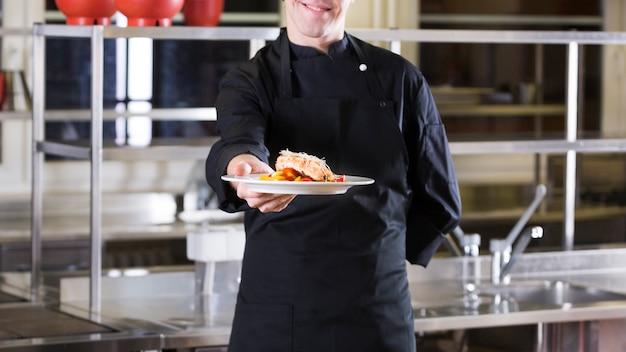 Szef kuchni pokazuje jego talerza