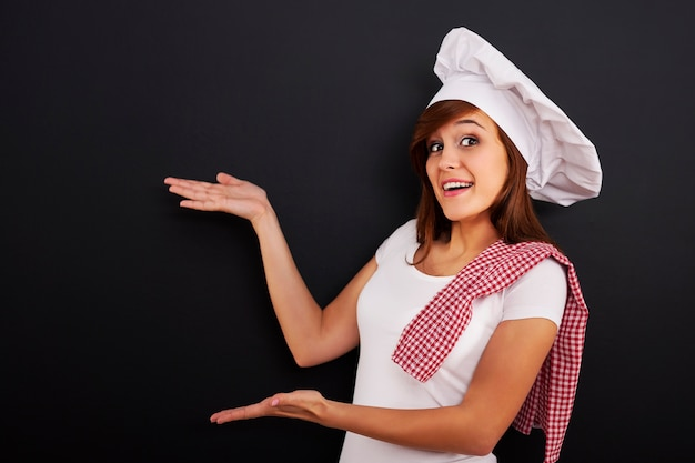 Szef kuchni pokazuje puste menu na tablicy