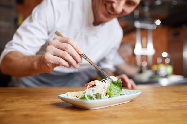 Szef kuchni poszycia gourmet dish zbliżenie