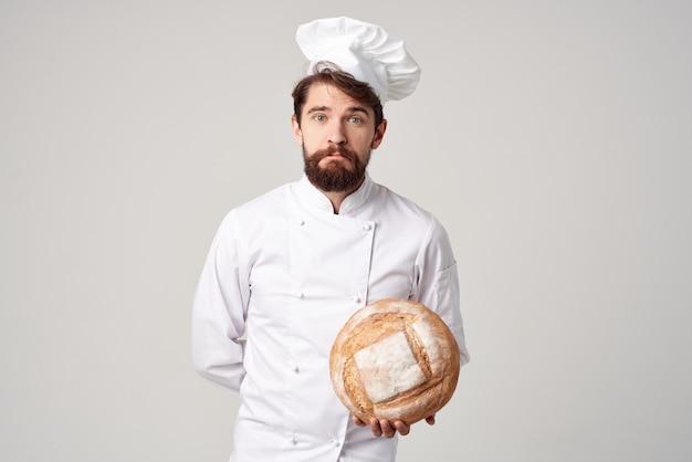 Szef kuchni produkty piekarnicze pracy na białym tle. zdjęcie wysokiej jakości