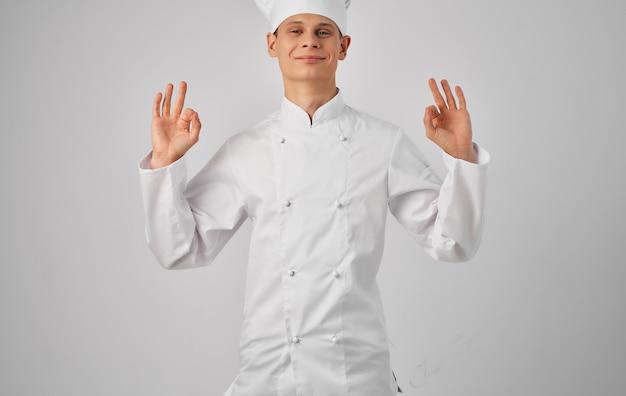 Szef kuchni profesjonalne przybory kuchenne przygotowywanie posiłków restauracja.