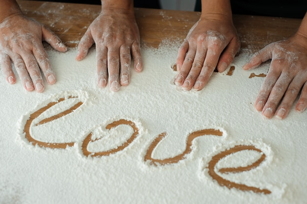Szef kuchni przygotowuje ciasto. proces gotowania, praca z mąką