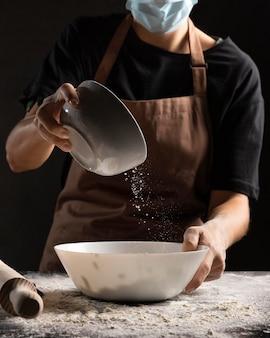 Szef kuchni przygotowuje ciasto wodą