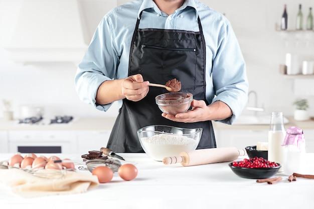 Szef kuchni przygotowuje ciasto