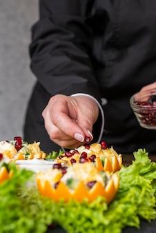 Szef kuchni przygotowuje danie z owoców