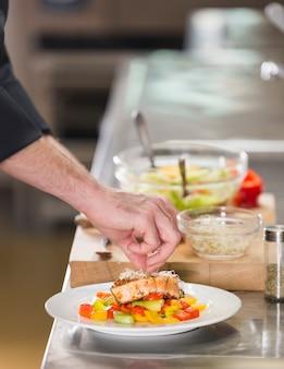 Szef kuchni przygotowuje danie zdrowej żywności