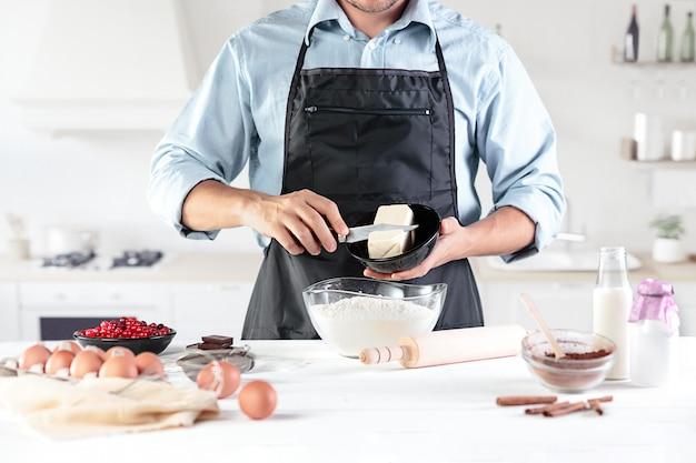 Szef kuchni przygotowuje obiad