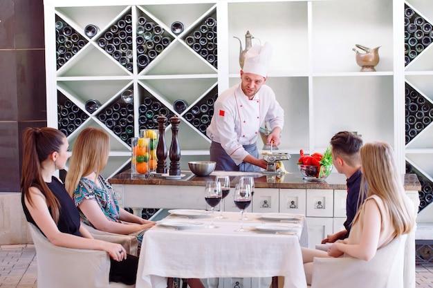 Szef kuchni przygotowuje pastę dla gości.