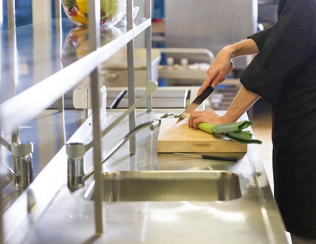 Szef kuchni przygotowuje przepis