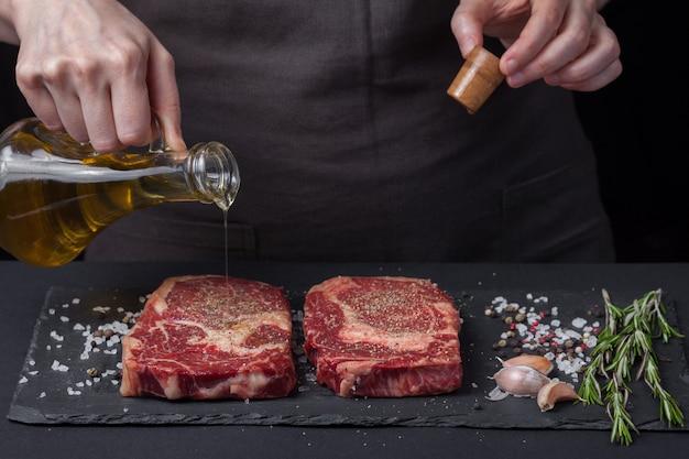 Szef kuchni przygotowuje stek wołowy.