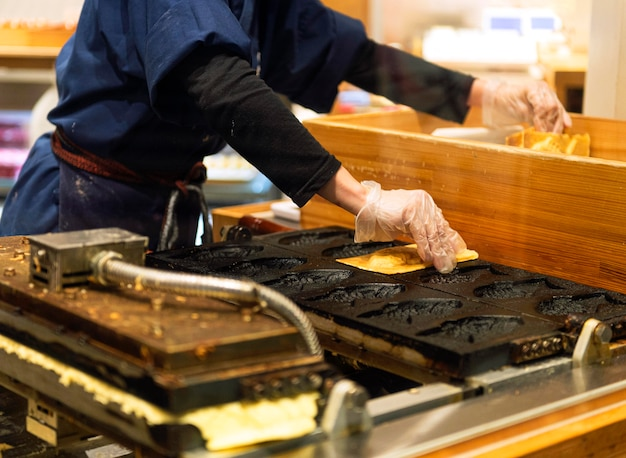 Szef kuchni przygotowuje tradycyjne japońskie potrawy