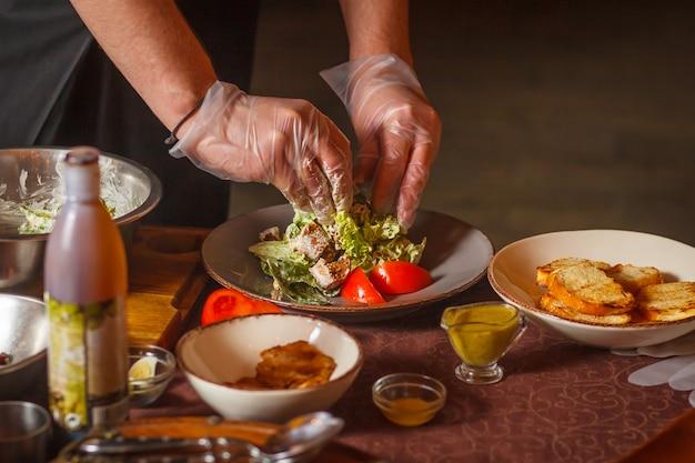 Szef kuchni robi pyszną sałatkę cezara.