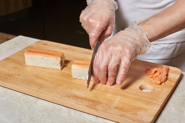 Szef kuchni robi sushi