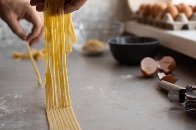 Szef kuchni robi świeżemu makaronowi