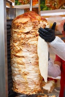 Szef kuchni smaruje chleb pita