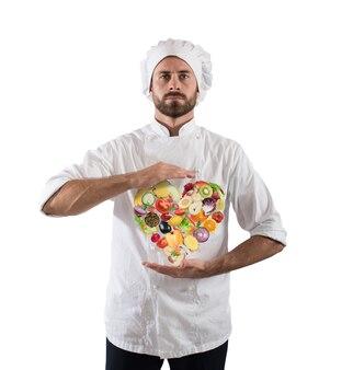 Szef kuchni specjalizuje się w daniach wegetariańskich ze świeżymi warzywami. zdrowa żywność dla koncepcji odnowy biologicznej