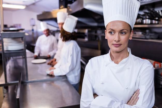 Szef kuchni stoi w kuchni w restauracji