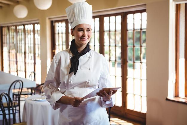 Szef kuchni trzyma dokument
