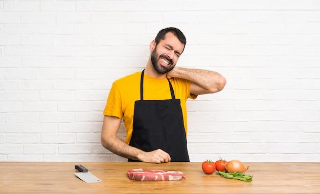 Szef kuchni trzyma w kuchni z bólem szyi