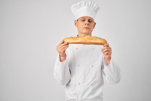 Szef kuchni trzymający w ręku bochenek świeżego produktu profesjonalny piekarz