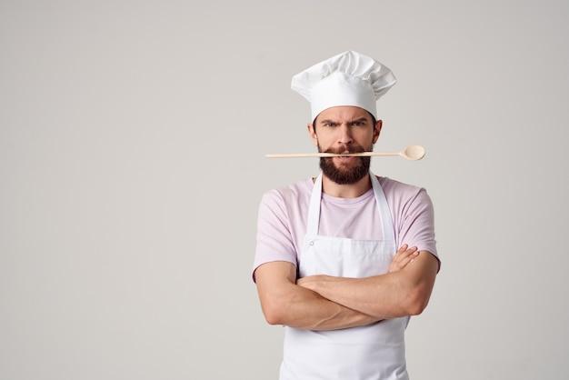 Szef kuchni w jednolitej restauracji dla smakoszy profesjonalna obsługa