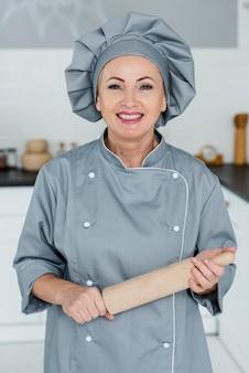 Szef kuchni w kuchni przygotowany do gotowania