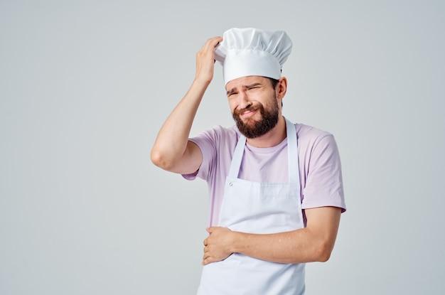 Szef kuchni w mundurze gestykuluje emocjami rąk pracuje w restauracji