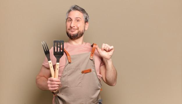 Szef kuchni w średnim wieku. koncepcja grilla