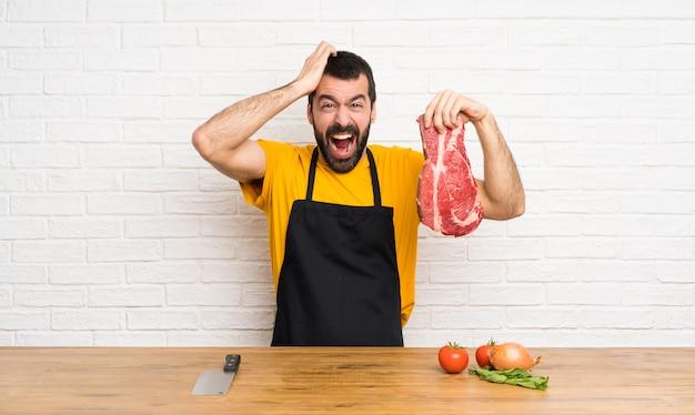 Szef kuchni w stresowanej kuchni przytłoczony