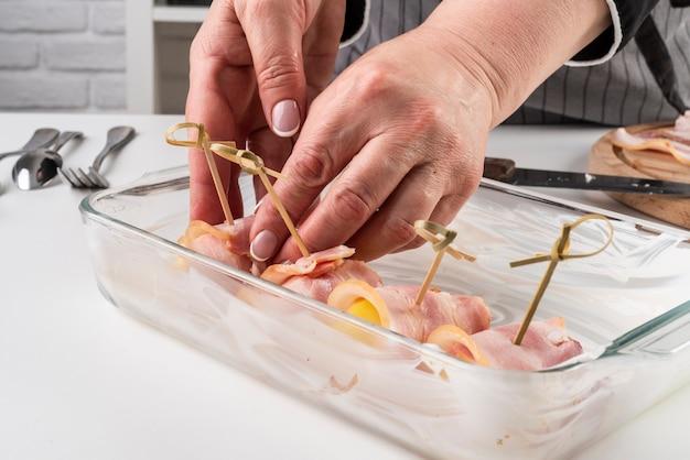 Szef kuchni wkłada mięso do miski