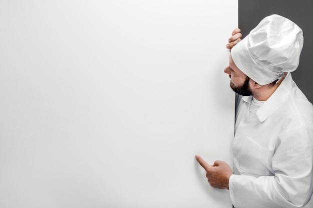 Szef kuchni wskazuje na pustej tablicy