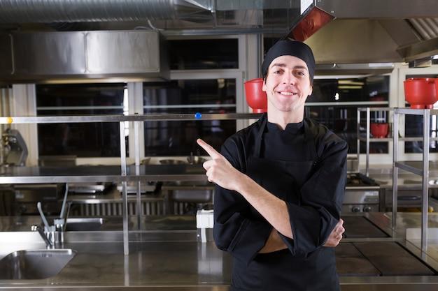 Szef kuchni z mundurem w kuchni