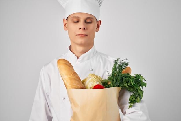 Szef kuchni z obsługą paczek żywnościowych przygotowanie posiłków