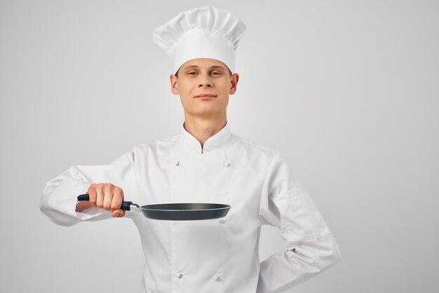 Szef kuchni z patelnią w ręku obsługa kuchni