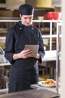Szef kuchni z tabletem