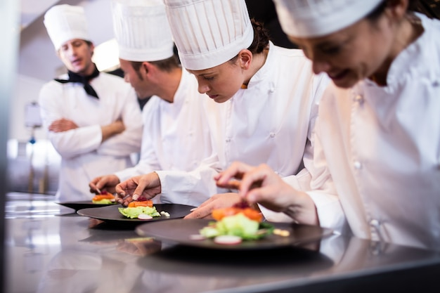 Szef kuchni z widokiem na inne danie szefa kuchni