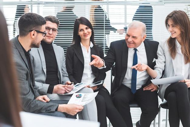 Szef omawiający wskaźniki finansowe z grupą roboczą. pomysł na biznes