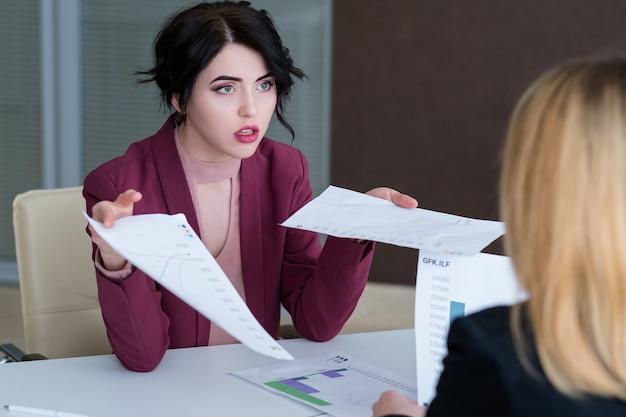 Szef robi wyrzuty swojemu pracownikowi. kobieta biznesu otrzymująca naganę od dyrektora naczelnego.