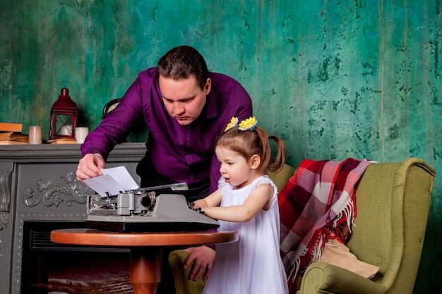 Szef sprawdza dokument od trzyletniej dziewczynki w pokoju biurowym pisania na starej maszynie do pisania. zdjęcia studyjne przedstawiające małą sekretarkę i jej reżysera. koncepcja ciężkiej pracy i wykonywania obowiązków służbowych