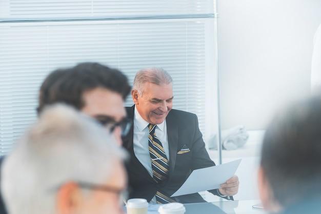 Szef studiuje dokument roboczy podczas spotkania w biurze. dni robocze w biurze