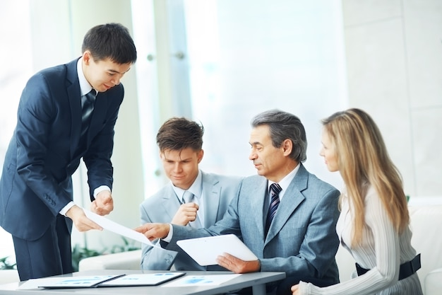 Szef z cyfrowym tabletem i jego zespół biznesowy