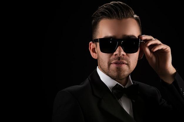 Szefie, dżentelmen. atrakcyjny biznesmen w czarnym garniturze