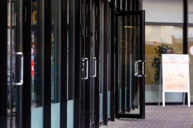 Szereg szklanych drzwi do sklepów i biur w dzielnicy biznesowej