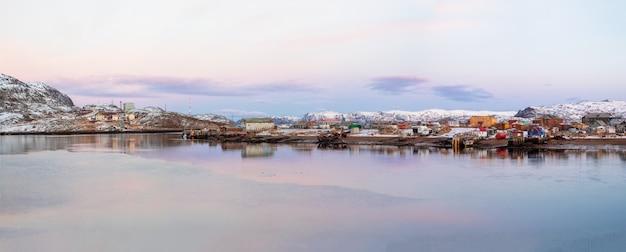 Szeroka panorama na arktyczną wioskę rybacką. niesamowity widok na zimową teriberkę. rosja.