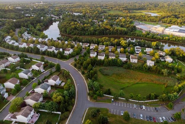 Szeroka panorama, widok z lotu ptaka z wysokimi budynkami, dzielnice mieszkalne w pięknym wschodzie słońca